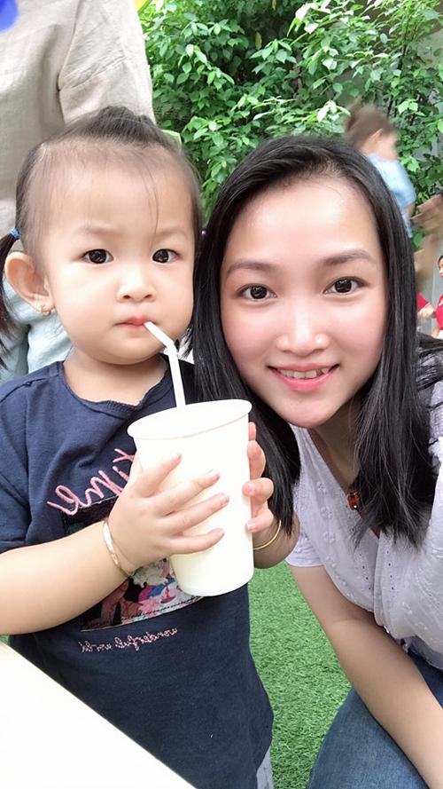 Yến Phương - vợ ca sĩ Lam Trường - selfie cùng con gái. Cô tiết lộ: Hôm nay Bì bán nước gây quỹ cho trường.
