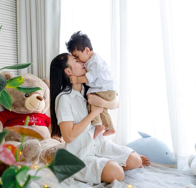 Sao mà mình yêu cảm giác này quá. Mỗi lần xem hình là thấy lòng nhẹ tênh, diễn viên Nguyệt Anh chia sẻ về bức ảnh bên con trai.
