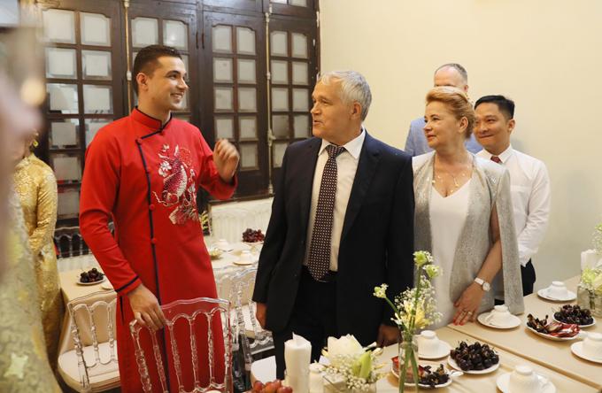 Chú rể Marcin và bố mẹ đều cảm thấy ấm áp trước sự đón tiếp nồng hậu của nhà gái.
