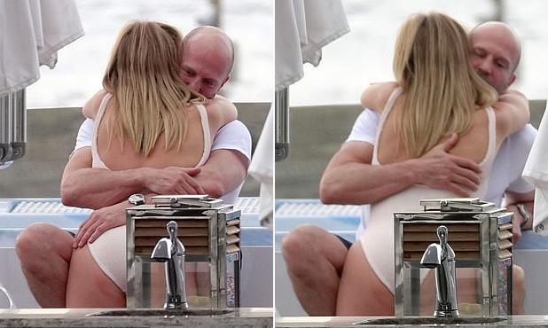 Jason ôm xiết Rosie Huntington-Whiteley trong lòng. Cặp sao hẹn hò từ năm 2010 và đã đính hôn.