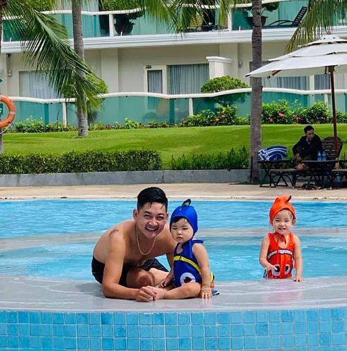 Thành Đạt vui đùa cùng hai con Kem, KOi ở bể bơi.