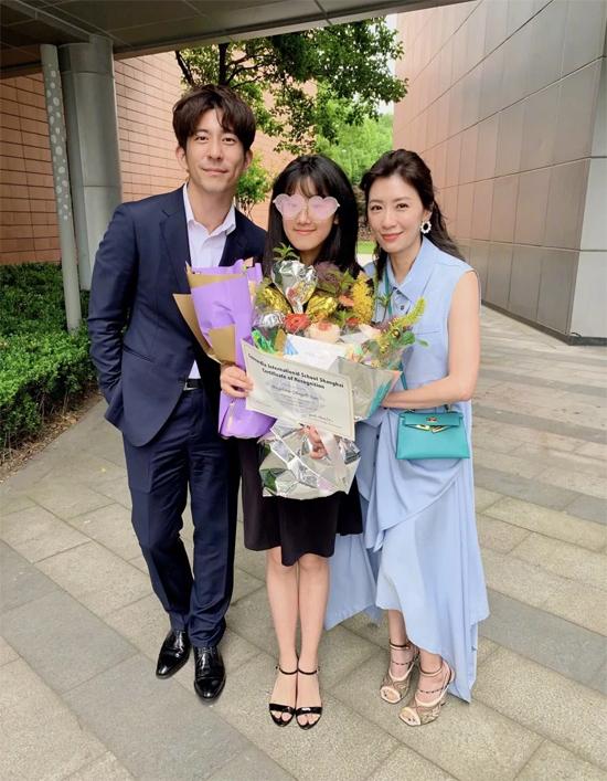 Vợ chồng Giả Tịnh Văn tới chúc mừng con gái tốt nghiệp trung học cơ sở.