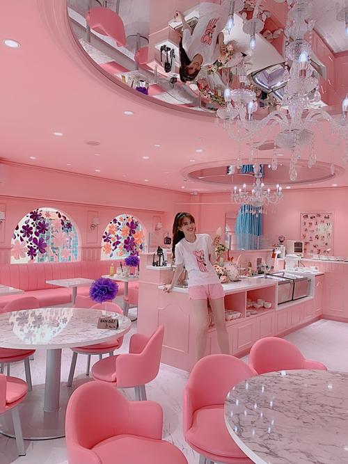 Ngọc Trinh thích thú pose hình trong cửa hàng ngập sắc hồng ở TP HCM. Cái quán gìđâu làm ra như là để cho tui vậy đó, cô viết.