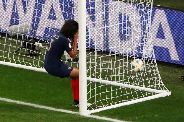 Thủ quân tuyển nữ Pháp ôm mặt sau khi đá phản lưới, giúp đối thủ gỡ hòa. Ảnh: Sun.