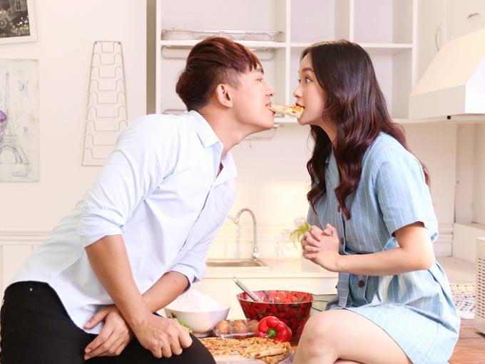 Diễn viên Lê Chi - được khán giả biết đến qua bộ phim Lala School - đảm nhận vai diễn bạn gái. Với vẻ đẹp trong trẻo, Lê Chi khắc hoạ hình ảnh nữ chính luôn được các chàng trai yêu thương, che chở.