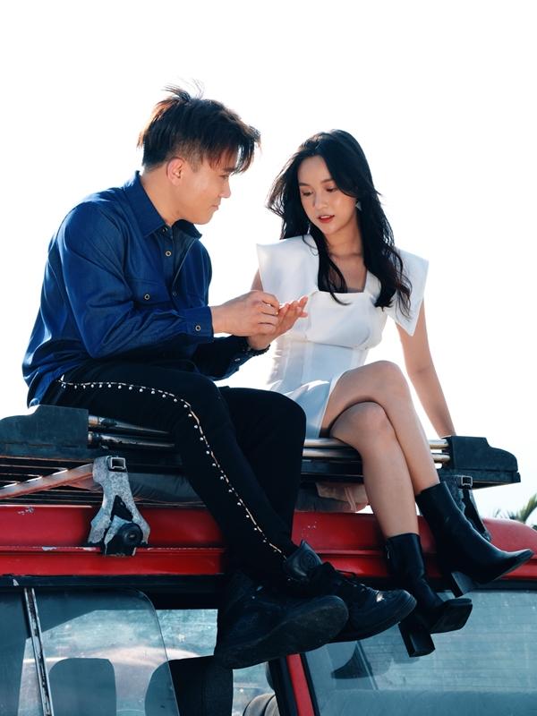 Lê Chicảm thấy hào hứng khi được hợp tác cùng hai giọng ca nổi tiếng trong MV.