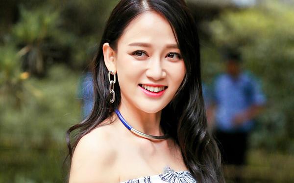 Trần Kiều Ân sinh năm 1979 tại Đài Loan. Cô ra mắt với vai trò là một người mẫu, diễn viên vàMC năm 2002. Mỹ nhân được mọi người biết đến rộng rãisau khi góp mặt trong bộ phim Hoàng tử ếch đình đám. Năm 2009, Trần Kiều Ân chuyển sang Đại lục phát triển sự nghiệp. Nhờ màn hóa thân thành Đông phương bất bại trong tác phẩm truyền hình Tân tiếu ngạo giang hồ, tên tuổi người đẹp nổi như cồn tại Đại lục. Xinh đẹp, giàu có, tài năng nhưng Trần Kiều Ân vẫn chưa tìm được bến đỗ cho đời mình. Dù đã bước sang tuổi 40 nhưng nhan sắc trẻ mãi không già của Độc cô hoàng hậu khiến nhiều người phải ngưỡng mộ. Hiện tại, nữ diễn viên vẫn hoạt động tích cực trong làng giải trí. Trần Kiều Ân chia sẻ, cô cảm thấy hạnh phúc với cuộc sống độc thân hiện tại.