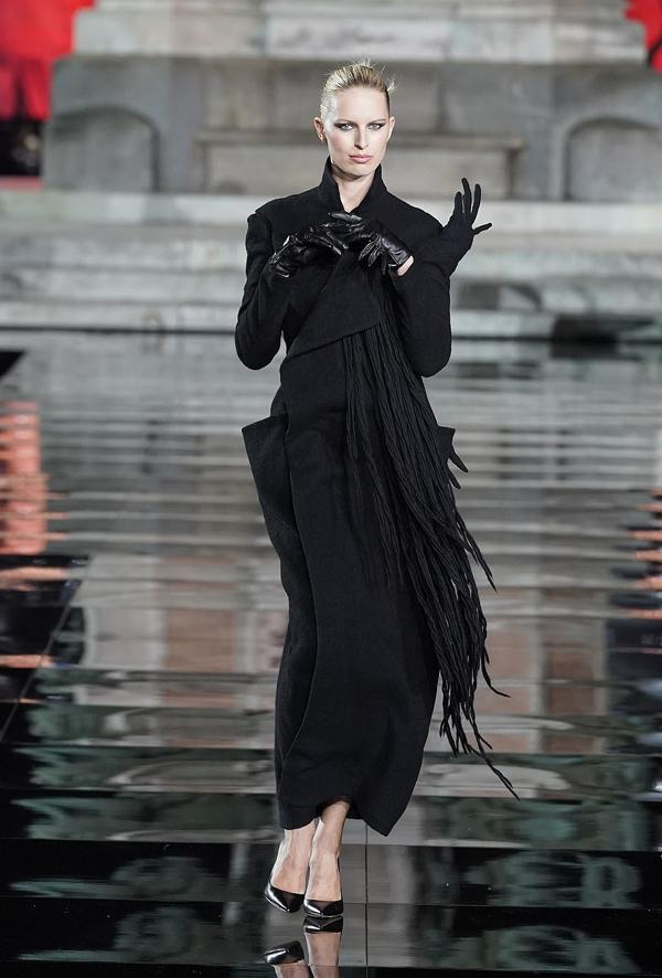 Karolina Kurkova hút ánh nhìn bởi thần thái kiêu kỳ, sang chảnh.