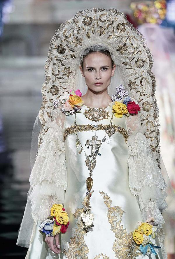 Siêu mẫu Nga Natasha Poly trình diễn bộ cánh mang tinh thần vương giả, kết hợp phụ kiện đội đầu công phu.