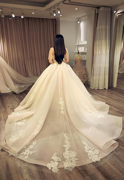 Cô dâu có thể dễ dàng thay đổi sang kiểu váy khác khi kết hợp cùng tùng váy xòe bồng bềnh hay chữ A suôn nhẹ.