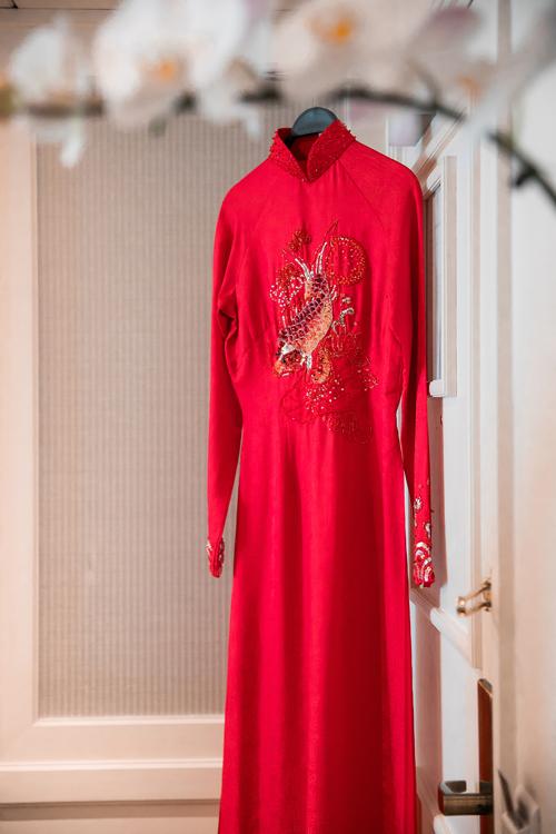Sắc đỏ rực rỡ của tà áo dài biểu thị cho sinh khí, sự sinh sôi, nảy nở, đồng thời gửi gắm sự may mắn, hạnh phúc cho cuộc sống lứa đôi sau này.