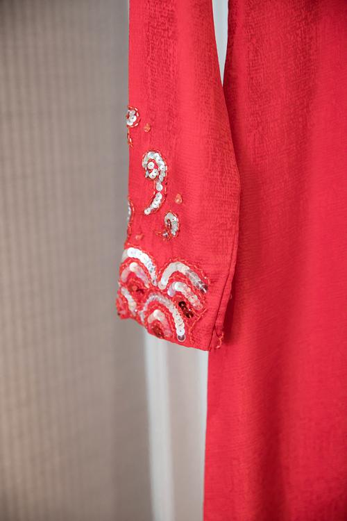 Các chi tiết cườm, thêu tay được thực hiện tỉ mỉ, kì công trên tà áo dài nữ.