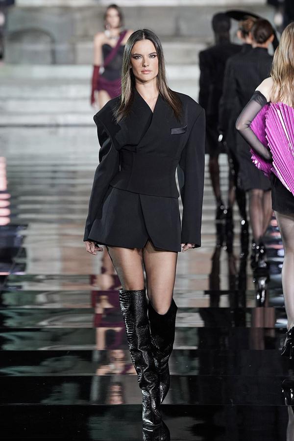 Chương trình quy tụ nhiều gương mặt nổi tiếng của làng mẫu thế giới, trong đó có cựu thiên thần Victorias Secret Alessandra Ambrosio.