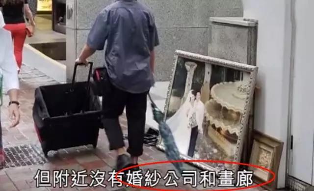 Ảnh cưới của vợ chồng Trương Gia Huy nằm vệ đường.