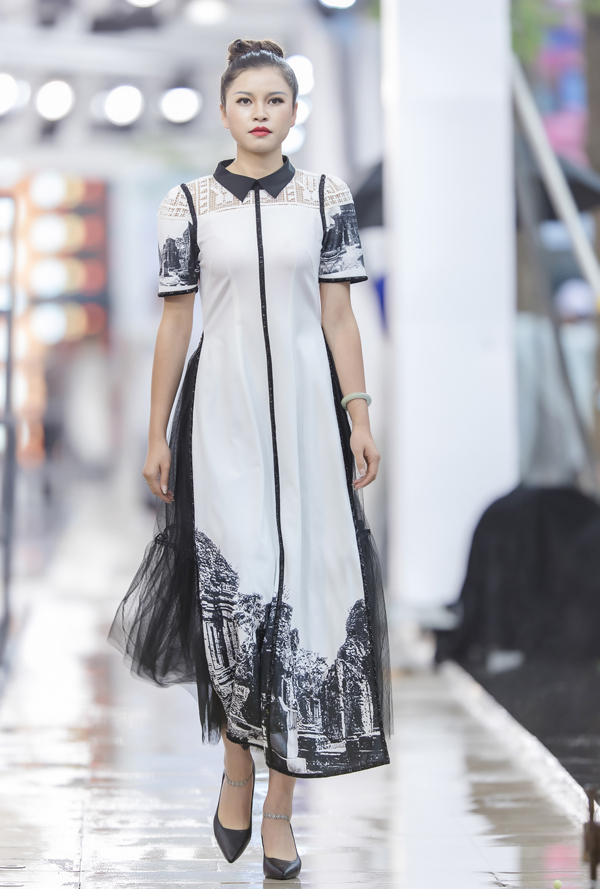 Hơi thở hiện đại trong trang phục được thể hiện quaphom dáng cách tân, việcsử dụng chất liệu vải hay sáng tạo ởchi tiết cổ áo, vai áo.