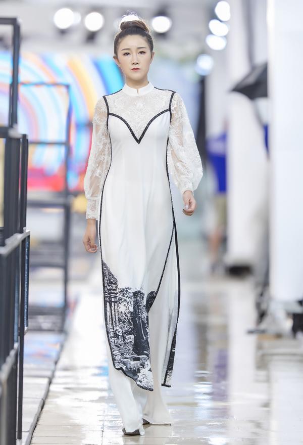 Tham gia trình diễn bộ sưu tập cho Hà Duy vào chiều qua là các model chuyên nghiệp của Trung Quốc.