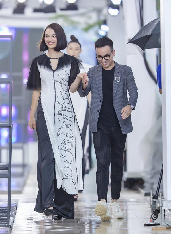 NTK Hà Duy kể rằng, nữ người mẫu đã nhận được rất nhiều tràng pháo tay từ khán giả bởi phong thái cuốn hút trên sàn diễn.