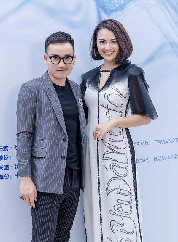 Hồng Quế sóng đôi NTK Hà Duy, người bạn thân của cô dự sự kiện Kunming Fashion Week do Đài truyền hình Vân Nam tổ chức vào chiều 13/6 tại Côn Minh, Trung Quốc. Chương trình quy tụ nhiều nhà thiết kế của các nước, trong đó Hà Duy là đại diện đến từ Việt Nam.