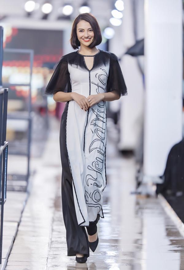 Trong event, Hồng Quế đảm nhận vai trò vedette cho màn giới thiệu các mẫu áo dài lấy cảm hứng từ Thánh địa Mỹ Sơn của Hà Duy. Gái một con diện thiết kế áo dài cách tân với dòng chữ Tôi yêu đất nước tôi trên tà áo.