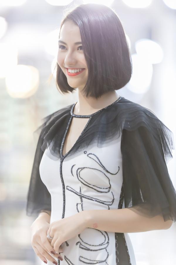 Nhan sắc trẻ trung, nụ cười tỏa nắng cùng thần thái rạng rỡ của Hồng Quế đã chinh phục được các vị khách mời trong sự kiện.