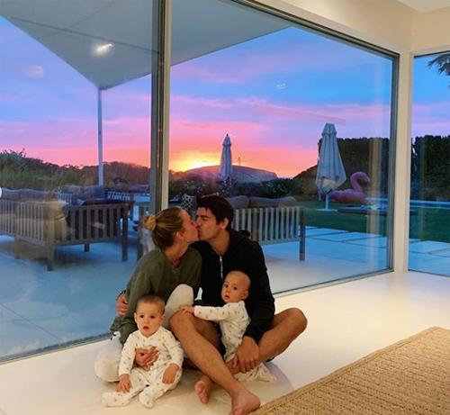 Morata và vợ trao nhau nụ hôn lãng mạn ở nơi nghỉ dưỡng khi có con bên cạnh.