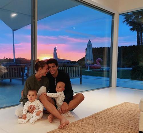 Người đẹp Alice Campello cũng đăng tải loạt ảnh cả gia đình trong kỳ nghỉ. Hai vợ chồng tình cảm ôm hai bé con trong resort.