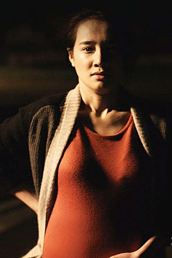 Trong phim ngắn Infill & Full Set, Nhã Phương hóa thân thành Hương - một phụ nữ Việt Nam mang bầu lao động chui tại London. Chưa từng có kinh nghiệm mang thai, nữ diễn viên học cách sống chung cùng nhân vật từ trước ngày bấm máy. Trong vòng 1 tháng, cô đeo bụng bầu giả mỗi ngày để tập quen cảm giác vướng víu ở bụng, đồng thời quan sát, lắng nghe kinh nghiệm bầu bí của chị em trong gia đình.