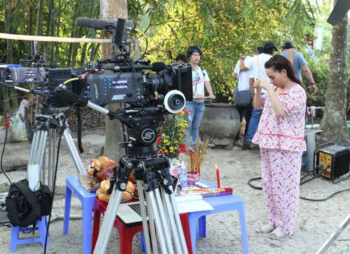 Trong phim Hy sinh đời trai, Phi Nhung vào vai người phụ nữ quá lứa lỡ thì dùng chiêu mang bầu để giữ chân người yêu (Tấn Beo đóng). Để tạo sự chân thực cho hình ảnh khi lên phim, nữ ca sĩ tăng 10kg trước thời gian phim khai máy.