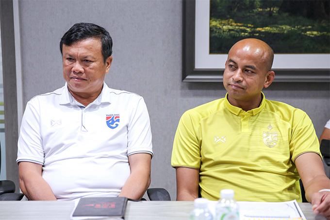 HLV Sirisak Yodyardthai (trái) và trợ lý Choketawee Promrut làm việc với LĐBĐ Thái Lan ngày 14/6. Ảnh: FAT.