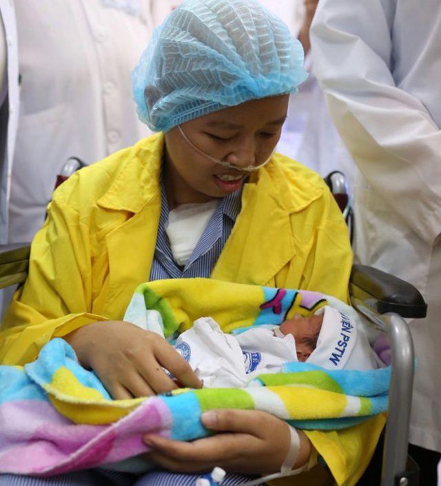 Chị Liên ôm con vào lòng trong lần đầu gặp gỡ sau 20 ngày sinh. Ảnh: Hà Trần.
