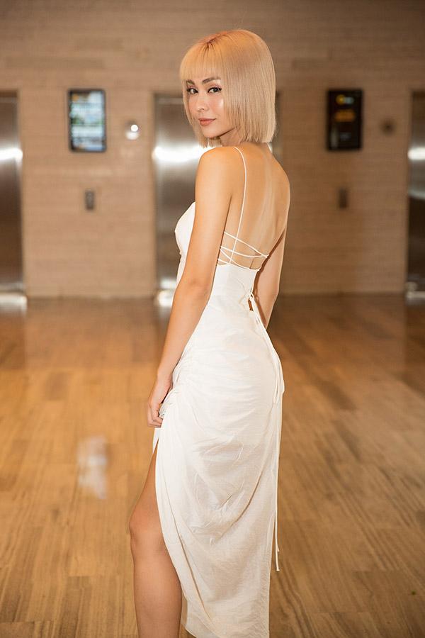 Bông hồng lai Pháp MLee xuất hiện với thiết kế váy dây hở lưng sexy.