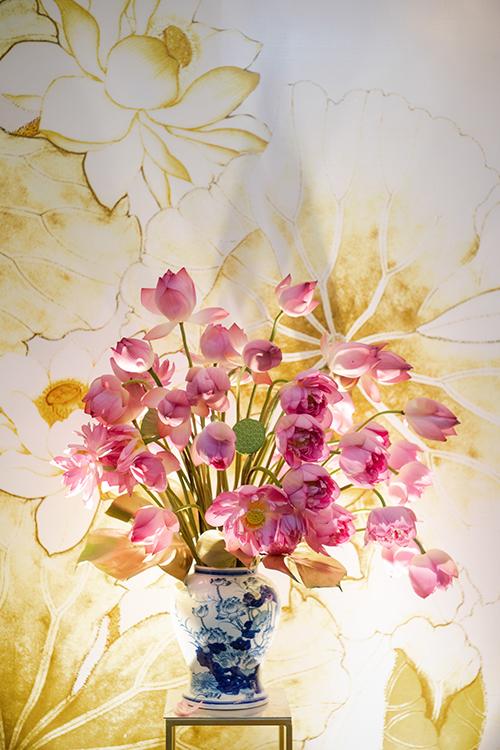 100% hoa tươi được dùng để trang trí không gian, trong đó có 100 đóa sen hồng từ hồ Tây - loài hoa nở rộ vào đúng dịp hỷ sự của Phương Mai. Quốc hoa Việt Nam cũng chứa đựng ý nghĩa tốt đẹp cho cuộc sống lứa đôi, đại diện cho hạnh phúc vẹn tròn, tình yêu trong sáng.