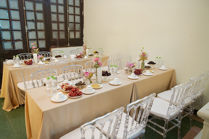 Loại ghế được sử dụng là ghế tàng hình (ghost chair) phù hợp với các không gian tiệc cưới hướng đến sự sang trọng. Mẫu ghế thường được làm từ acrylic trong suốt, có thể có thêm đệm ngồiđể tăng sự thoải mái cho khách mời.