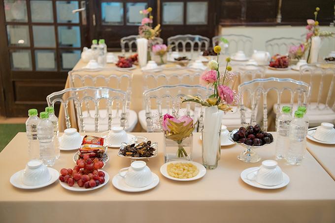 Do tiết trời nóng nực nên ekip ưu tiên các loại hoa có độ tươi lâu. Trên bàn trà là khăn trải bàn màu cafe sữa hợp với không gian,các loại hoa quả mùa hè.