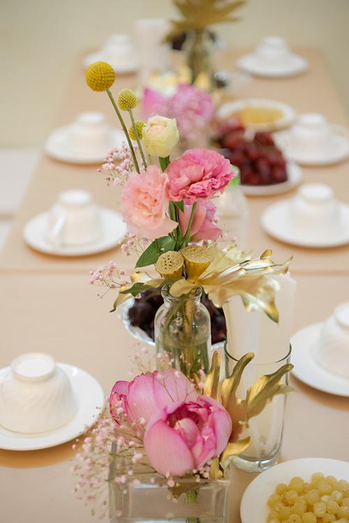 Ekip cũng ưu tiên các đóa sen già trong trang trí để đảm bảo hoa có độ bung nở theo ý muốn và hoàn thiện cắm hoa trước giờ làm lễ từ 3-5 tiếng.