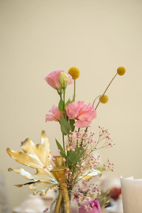 Không gian cưới tuy được trang trí với nhiều màu sắc rực rỡ nhưng không tham chi tiết, tránh sự sến súa.