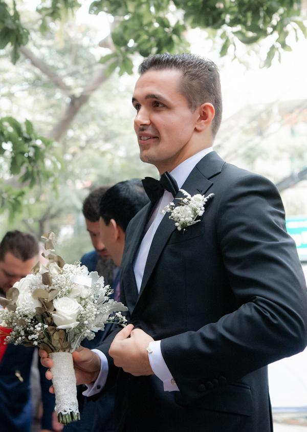 Chú rể Marcin không mặc áo dài mà diện vest bảnh bao trong ngày rước dâu.