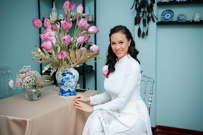 Lễ vu quy của Phương Mai diễn ra tại Hà Nội vào sáng 15/6. Cô tìm đến chuyên gia trang điểm Dũng Nguyễn - người bạn thân thiết để làm đẹp cho dịp hỷ sự.