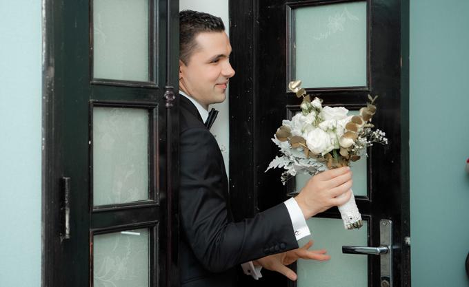 Sau khi được bố mẹ vợ cho phép, chú rể Marcin tiến vào phòng cô dâu với tâm trạng háo hức.