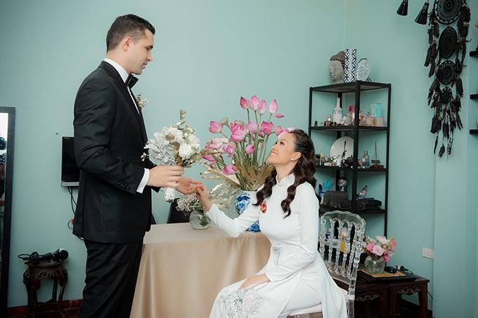 Sáng ngày 15/6, Phương Mai diện một mẫu áo dài trắng cho lễ vu quy với chồng Ba Lan Marcin Miller. Mẫu áo được thực hiện dựa trên ý tưởng của chuyên gia trang điểm Dũng Nguyễn - người bạn thân thiết của Phương Mai.