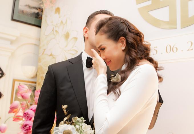 Khi nhìn mẹ khóc, cô dâu cũng xúc động rơi lệ. Ông xã Marcin nhẹ nhàng an ủi, lau nước mắt cho vợ.