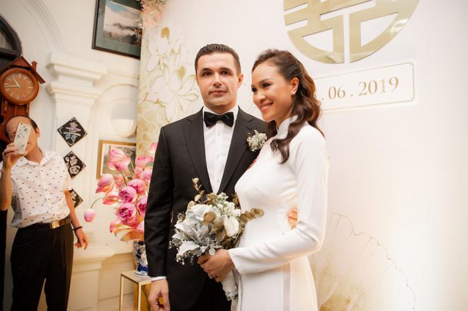 Trong ngày làm lễ vu quy, phu quân của Phương Mai không diện áo dài mà diện suit đen lịch lãm với nơ cùng tông. Tối nay (15/6), uyên ương sẽ tổ chức tiệc cưới ở khách sạn cao cấp tại Hà Nội với sự góp mặt của khoảng 250 - 280 khách mời.