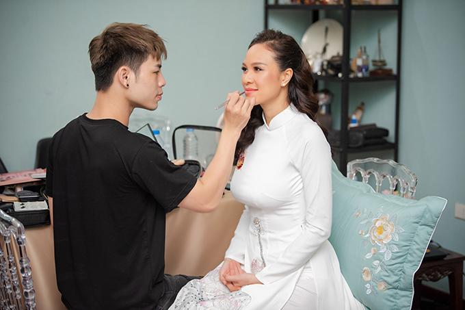 Khi lựa chọn kiểu trang điểm cô dâu, Dũng Nguyễn cân nhắc đến yếu tố về trang phục và không gian làm lễ. Vì hai yếu tố này đều mang đậm sắc màu truyền thống nên anh hướng đến kiểu makeup nhẹ nhàng mà vẫn giúp cô dâu trông thật tươi tắn.