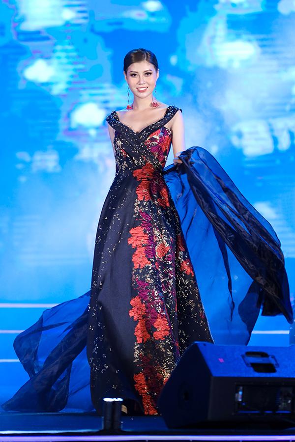 Kết hợp cùng các kiểu đầm dạ tiệc quyến rũ là khăn choàng, áo choàng thiết kế trên chất liệu voan lụa mềm mại.