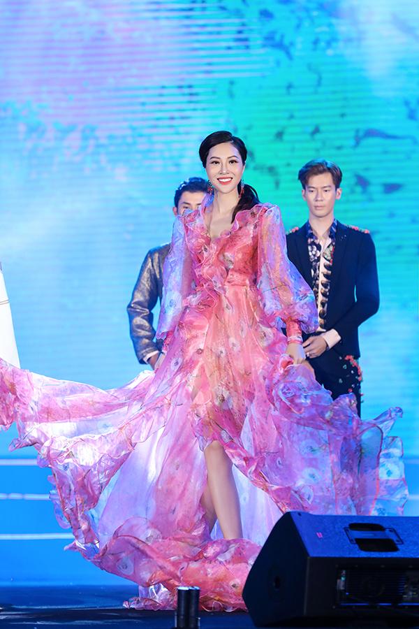 Với mong muốn mang tới hơi thở biển cả với từng con sóng cuộn trài, Văn Thành Công đã thêm các chi tiết bèo nhún cầu kỳ trên thân váy voan lụa, voan kiếng bóng bẩy.