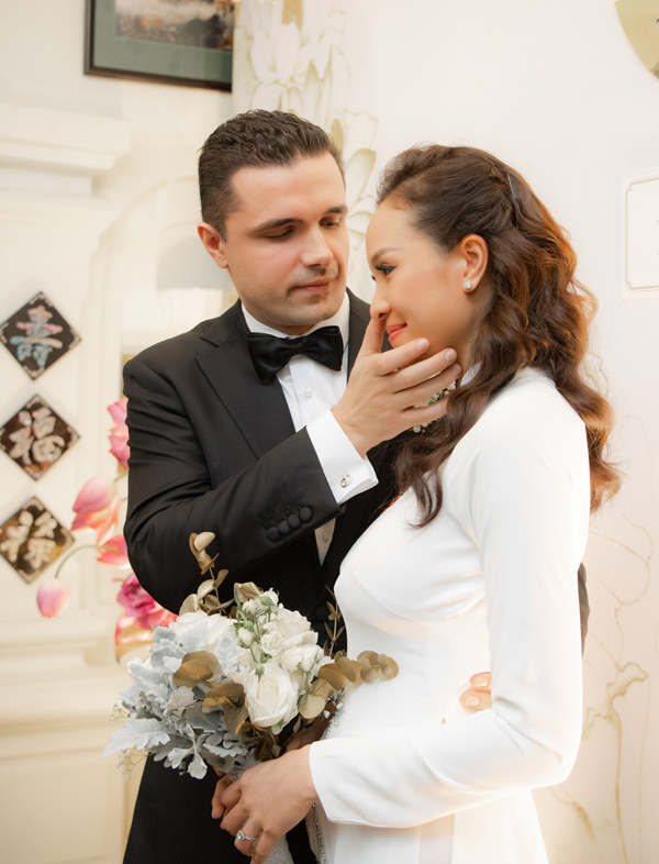 Chồng Tây lau nước mắt cho Phương Mai trong lễ rước dâu sáng ngày 15/5.