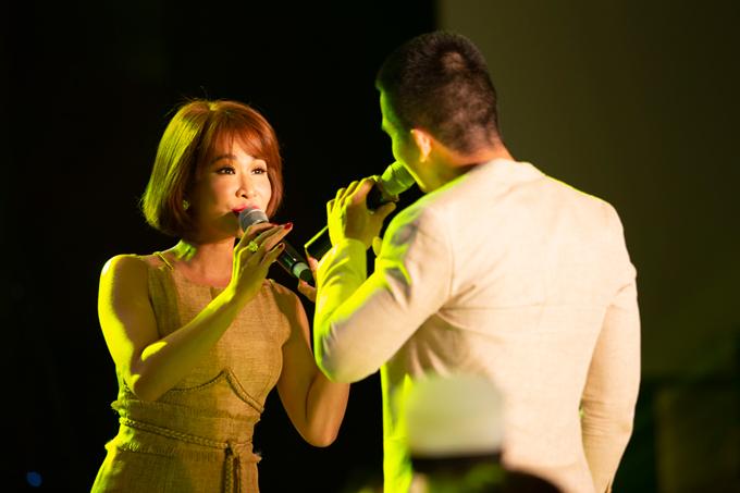 Uyên Linh và Quốc Thiên cũng chơi thân với cô dâu. Cả hai còn lên sân khấu song ca để thay cho lời chúc trăm năm hạnh phúc đến đôi uyên ương.