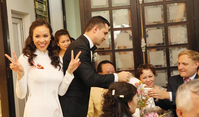Cô dâu Phương Mai còn nhí nhảnh tạo dáng trong lúc chú rể Marcin mời trà họ hàng.