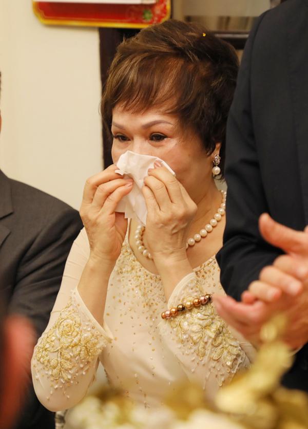 Trước giờ con gái lên xe hoa về nhà chồng, mẹ Phương Mai đã nghẹn ngào rơi nước mắt.