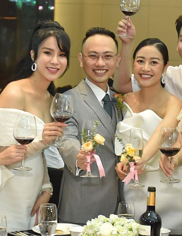 Đang mang bầu em bé thứ hai nhưng Diệp Lâm Anh vẫn khoe vẻ gợi cảm tại tiệc cưới của MC Phí Linh.
